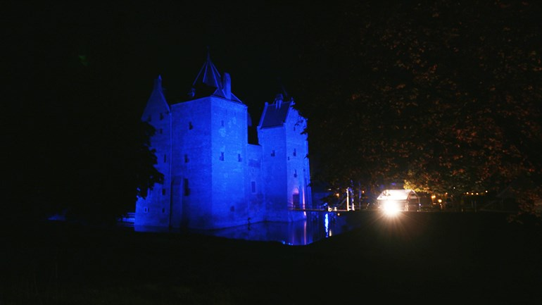 Slot-Loevestein-in-Poederoijen-kleurt-sinds-zaterdagavond-blauw-Foto-Slot-Loevestein